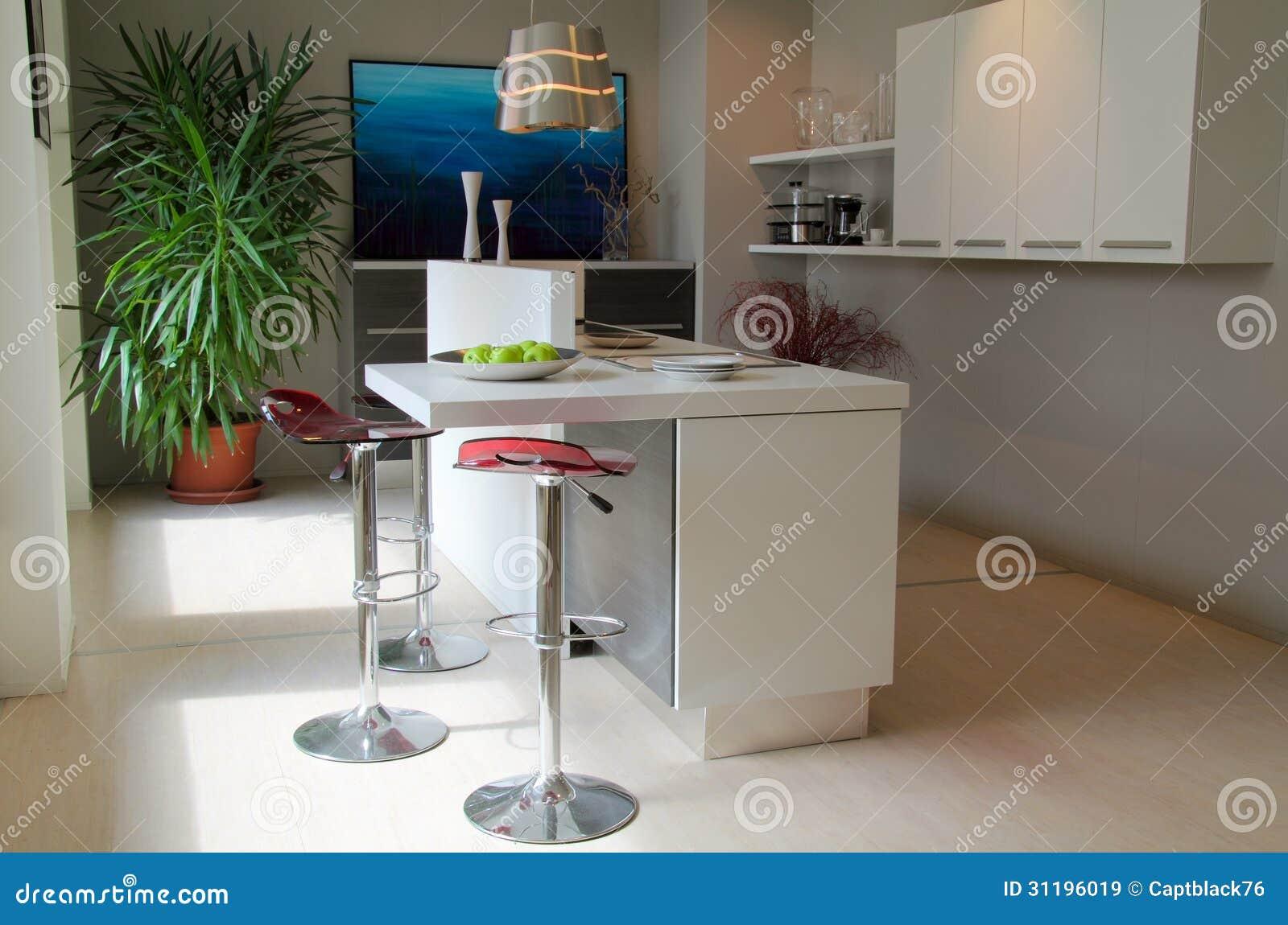 Cucina moderna con i panchetti rossi immagine stock immagine di