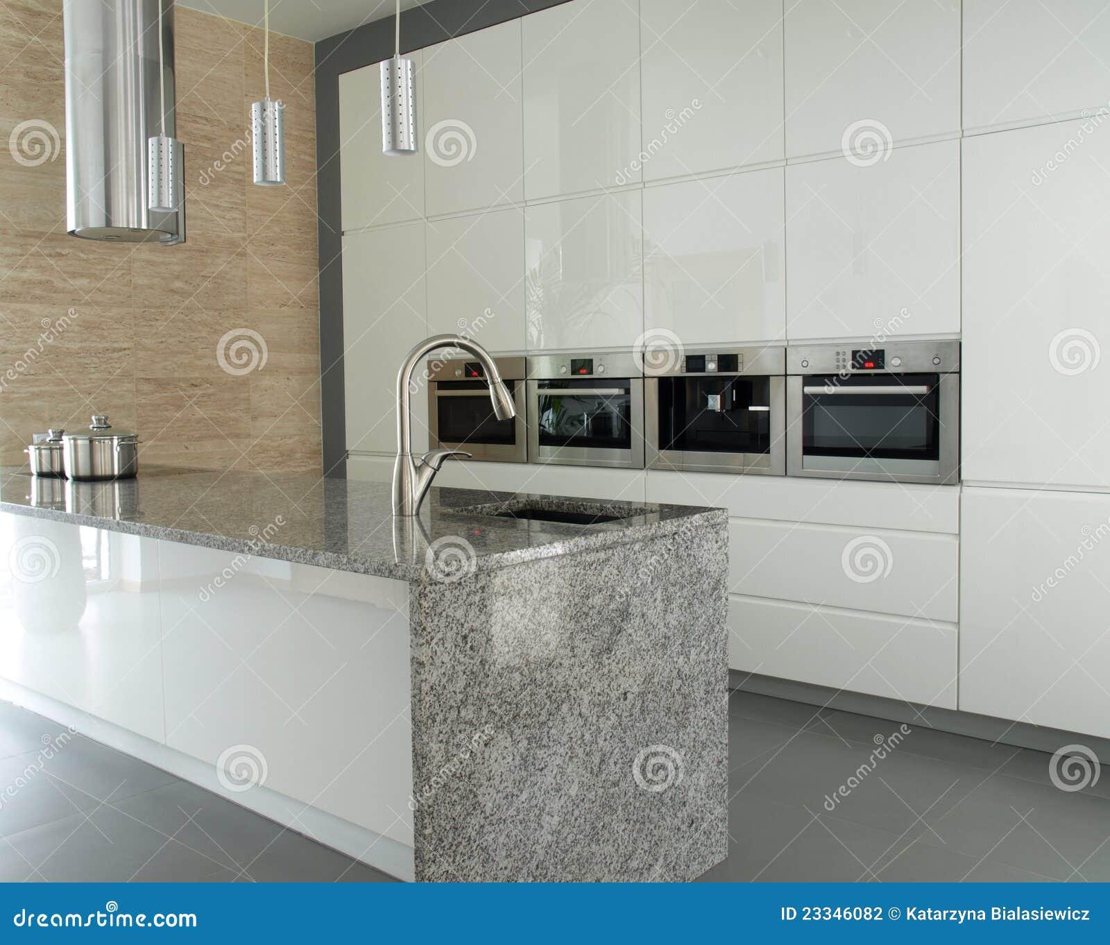 cucina moderna con il controsoffitto del granito fotografia stock immagine di illuminazione. Black Bedroom Furniture Sets. Home Design Ideas