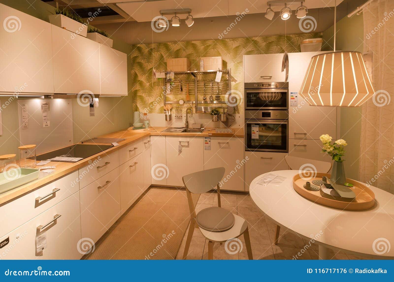 Cucina Moderna Con Il Forno Ed Il Frigorifero Nel Deposito Di IKEA ...