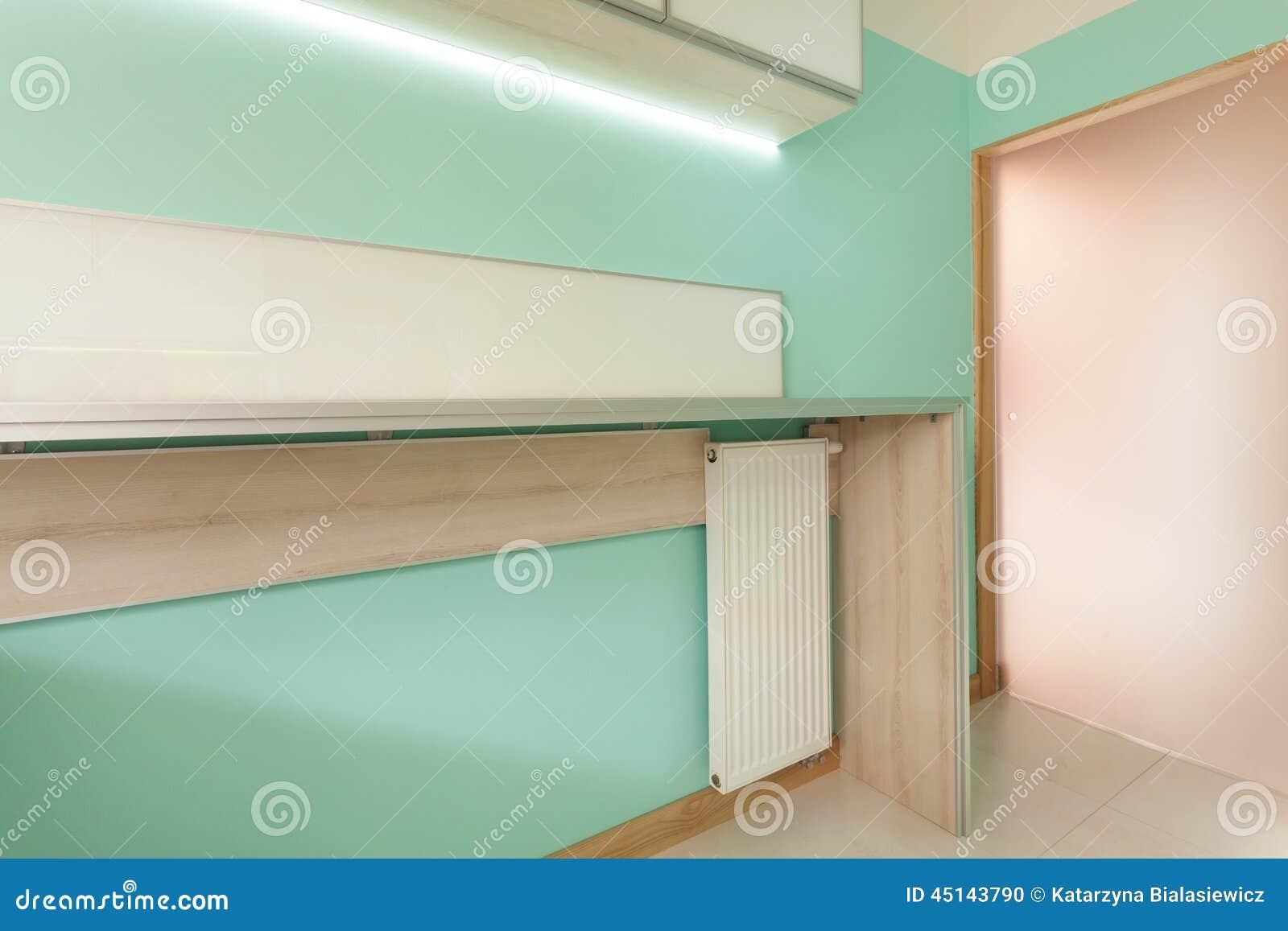... verde moderna con la porta di legno di vetro e di piano di lavoro