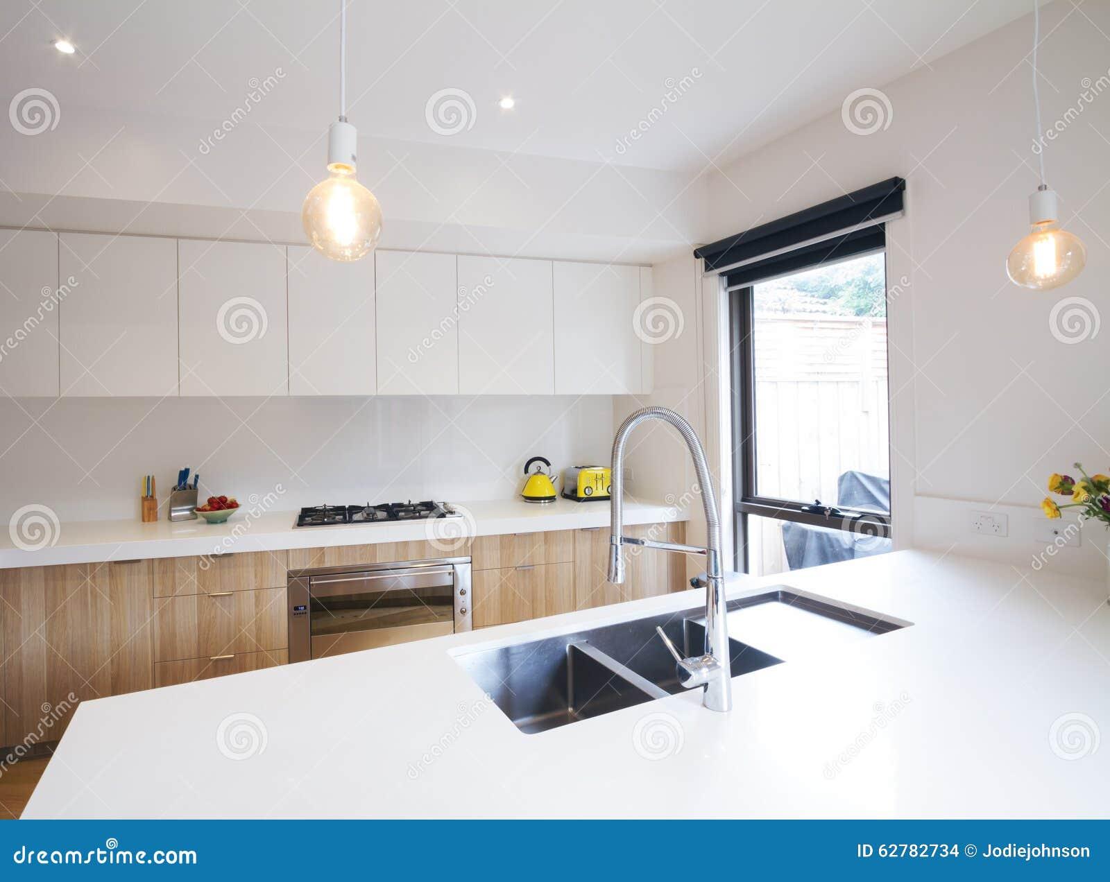 Cucina moderna con illuminazione del pendente ed il lavandino