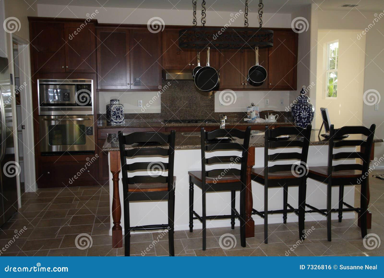 Cucina Moderna Con L'isola Immagine Stock Libera Da Diritti Immagine  #81A229 1300 957 Armadietti Da Cucina