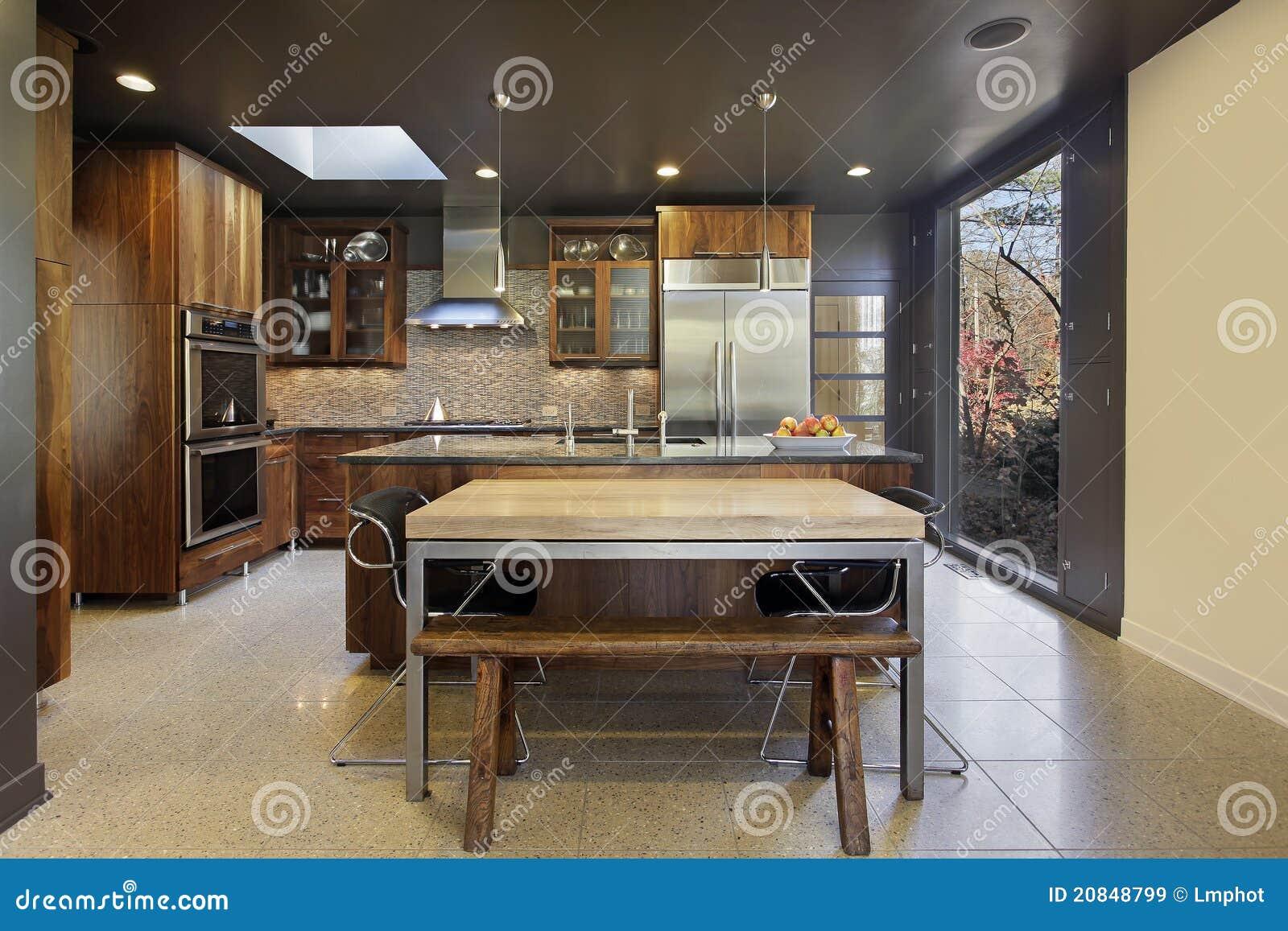 Cucina Moderna Con La Grande Finestra Panoramica Immagine Stock ...