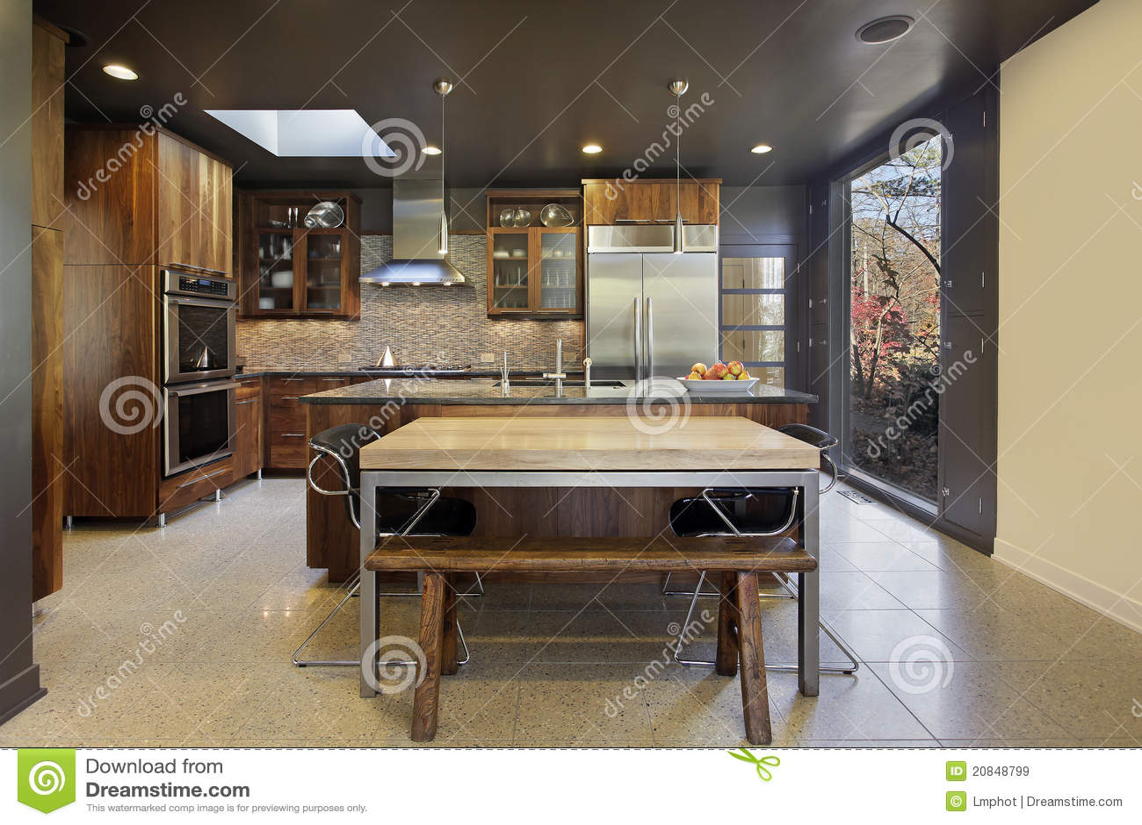 Cucina moderna con la grande finestra panoramica immagine for Cucina moderna con finestra