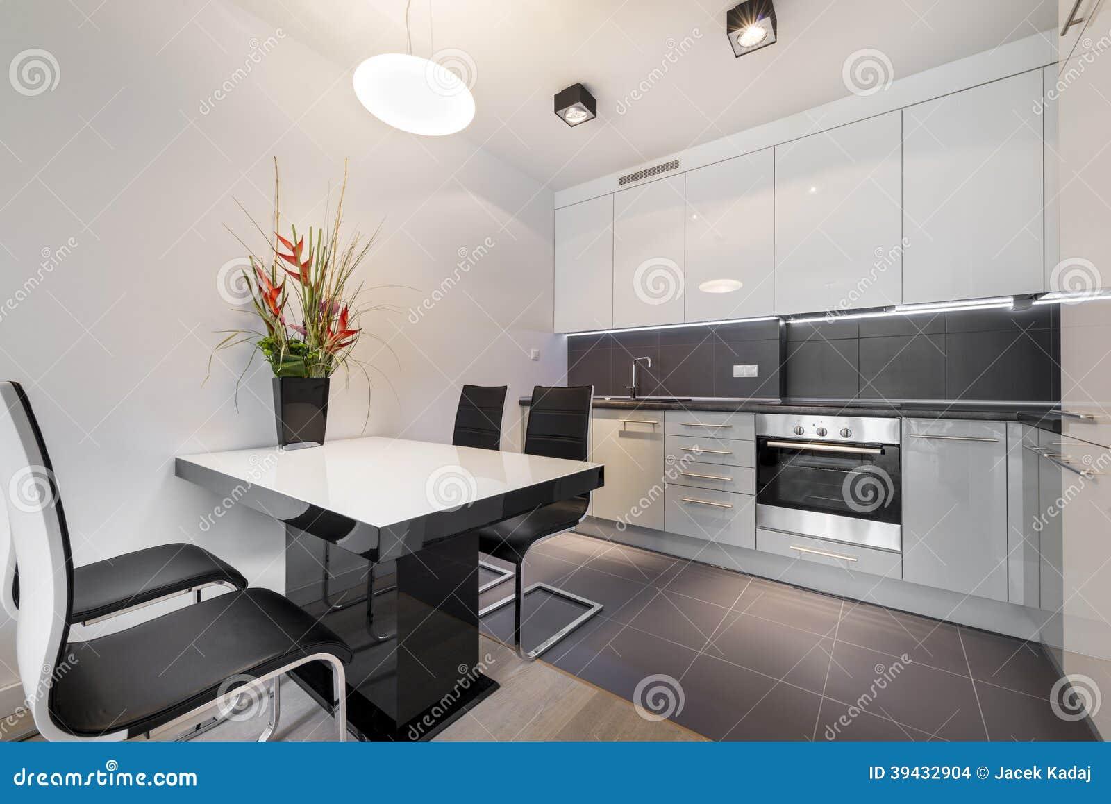 Cucina moderna con la pavimentazione in piastrelle grigia fotografia stock immagine di marmo - Cucina moderna bianca e grigia ...
