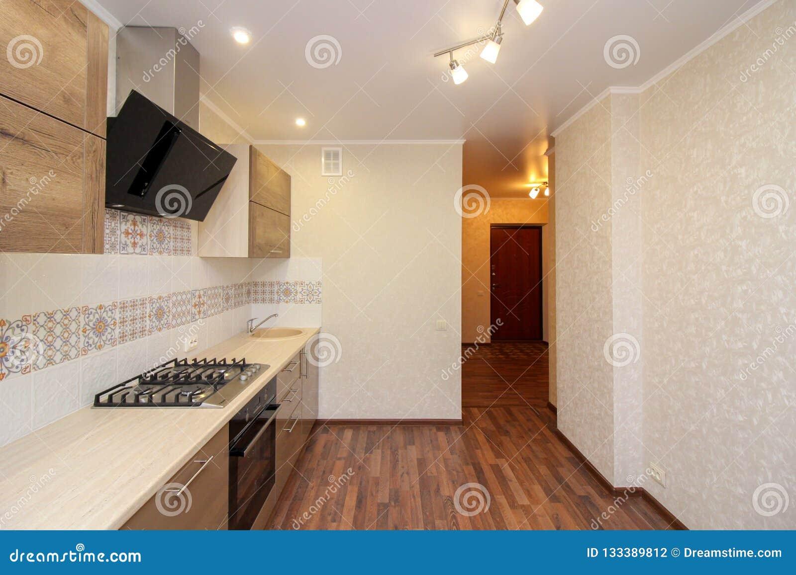 Cucina Moderna Con Le Lampade Moderne Fotografia Stock ...