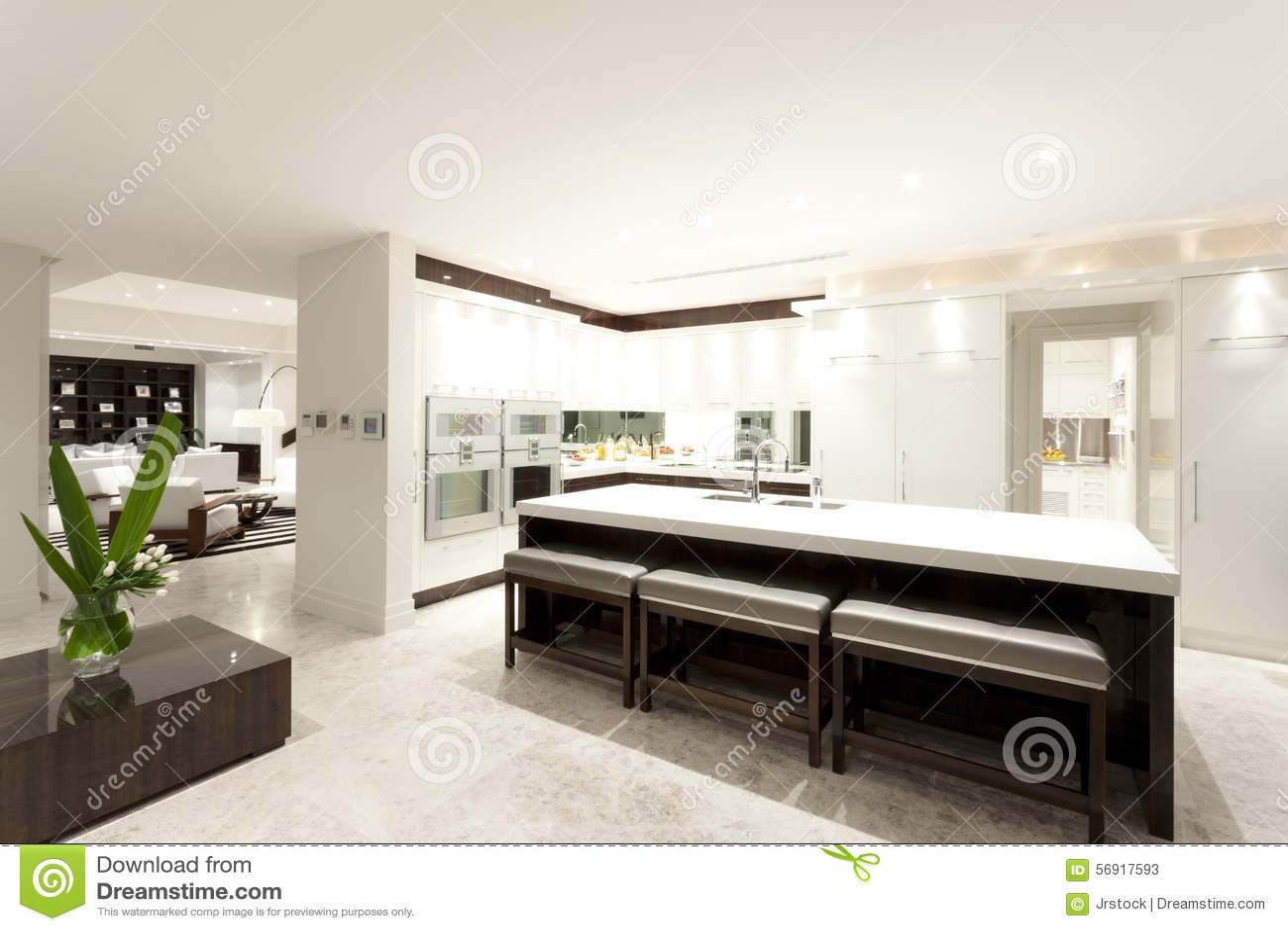 Cucina moderna con una grande isola fotografia stock for Una grande cucina