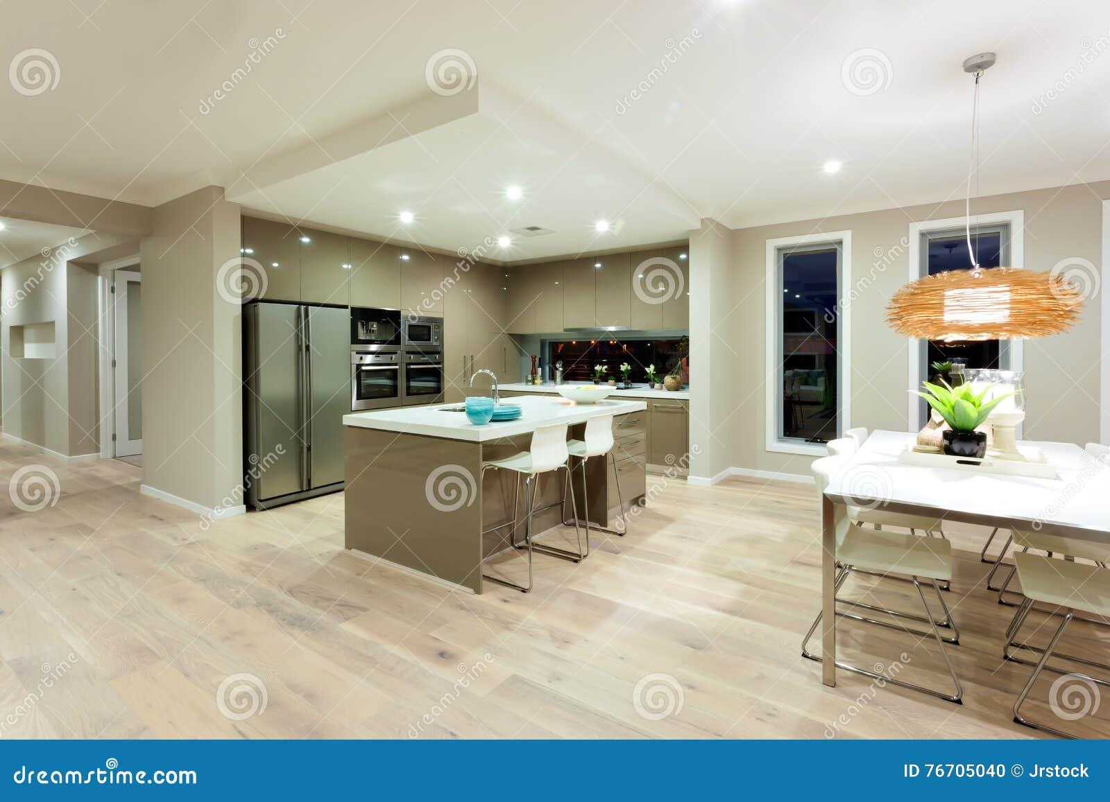 Cucina moderna e vista interna dinning di area di una casa for Casa moderna cucina