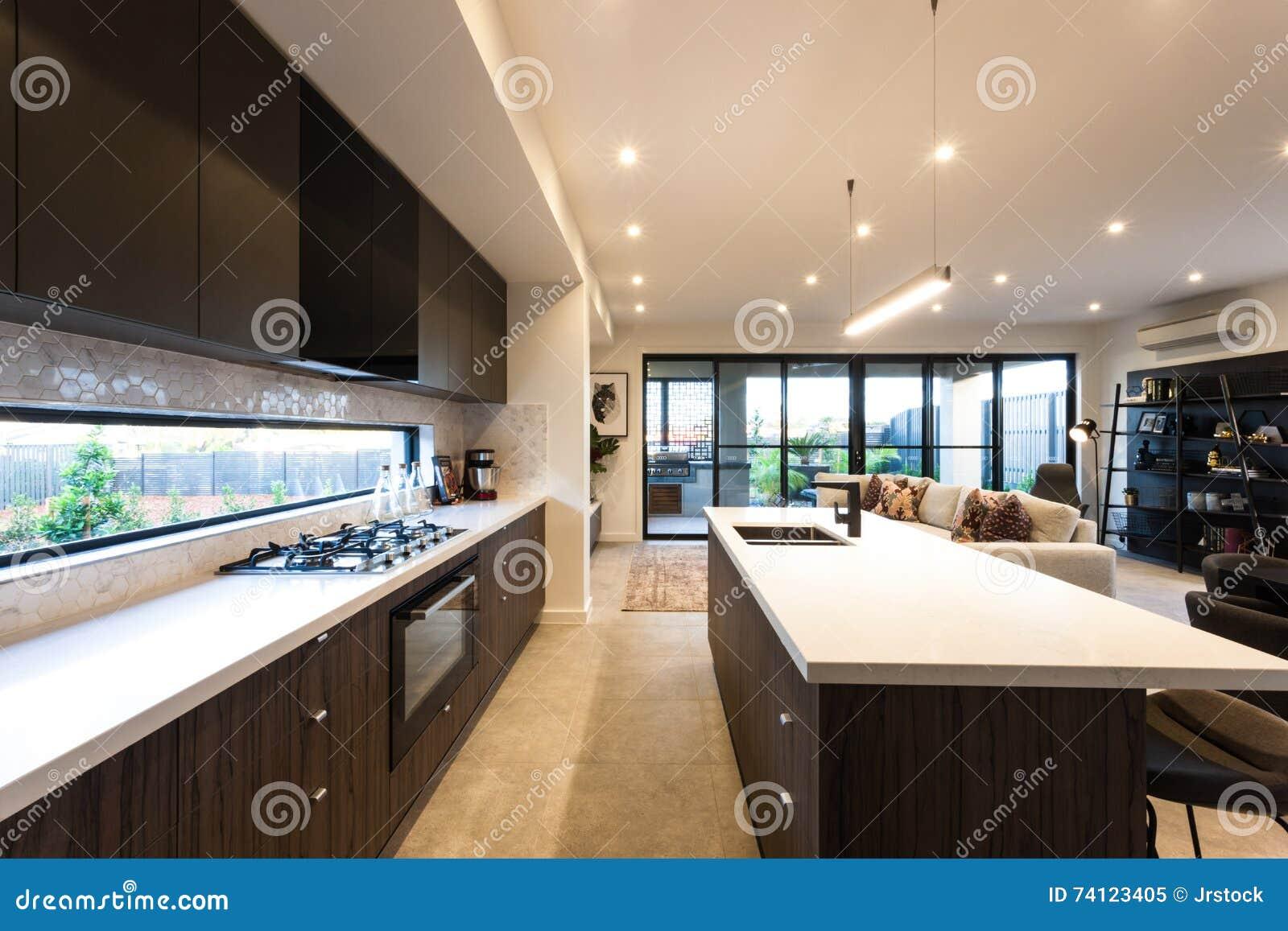Plafoniere Da Cucina Moderne : Cucina moderna illuminata con le plafoniere a tempo di giorno