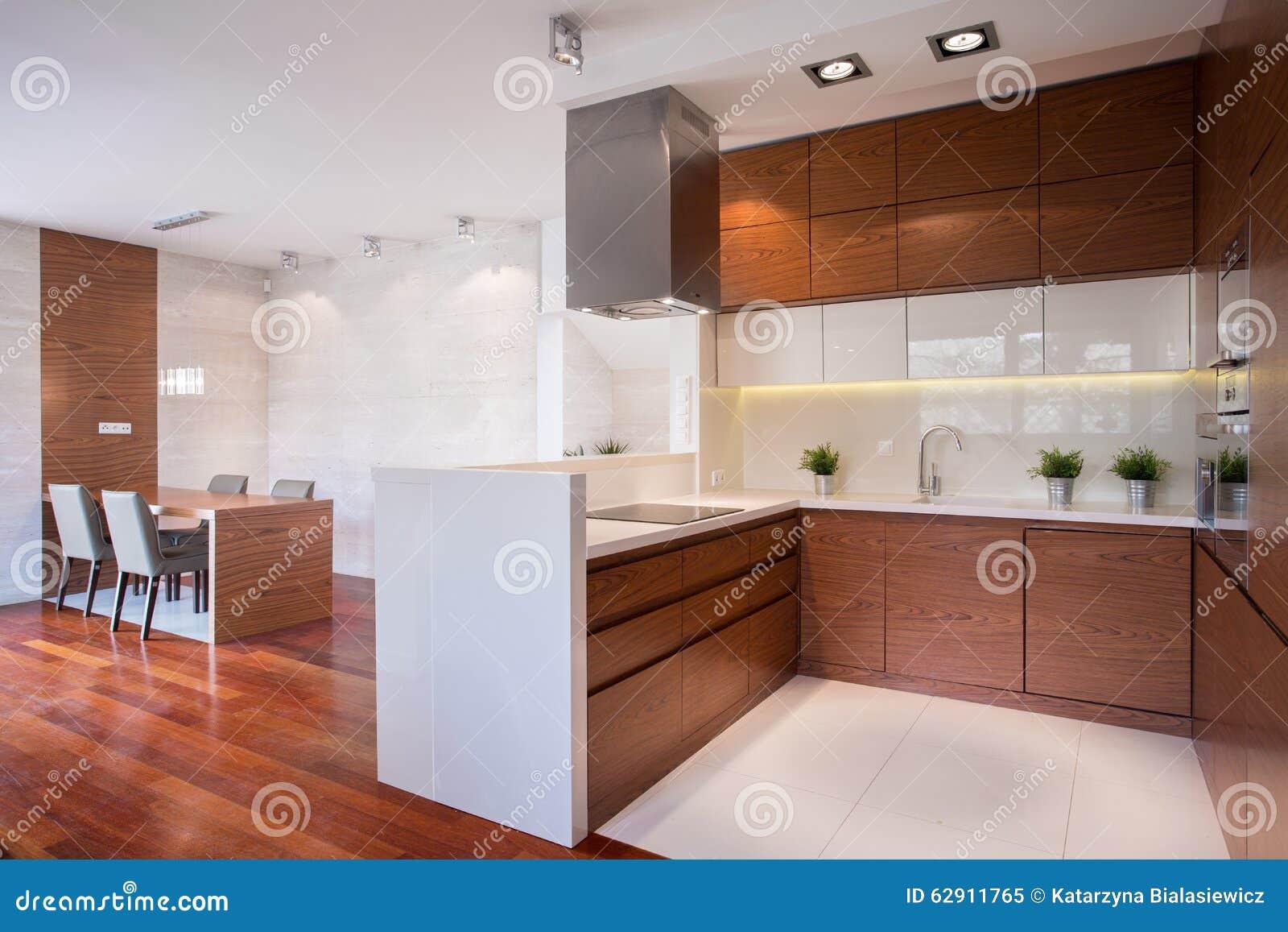 Cucina moderna in legno fotografia stock immagine 62911765 - Cucina moderna in legno ...