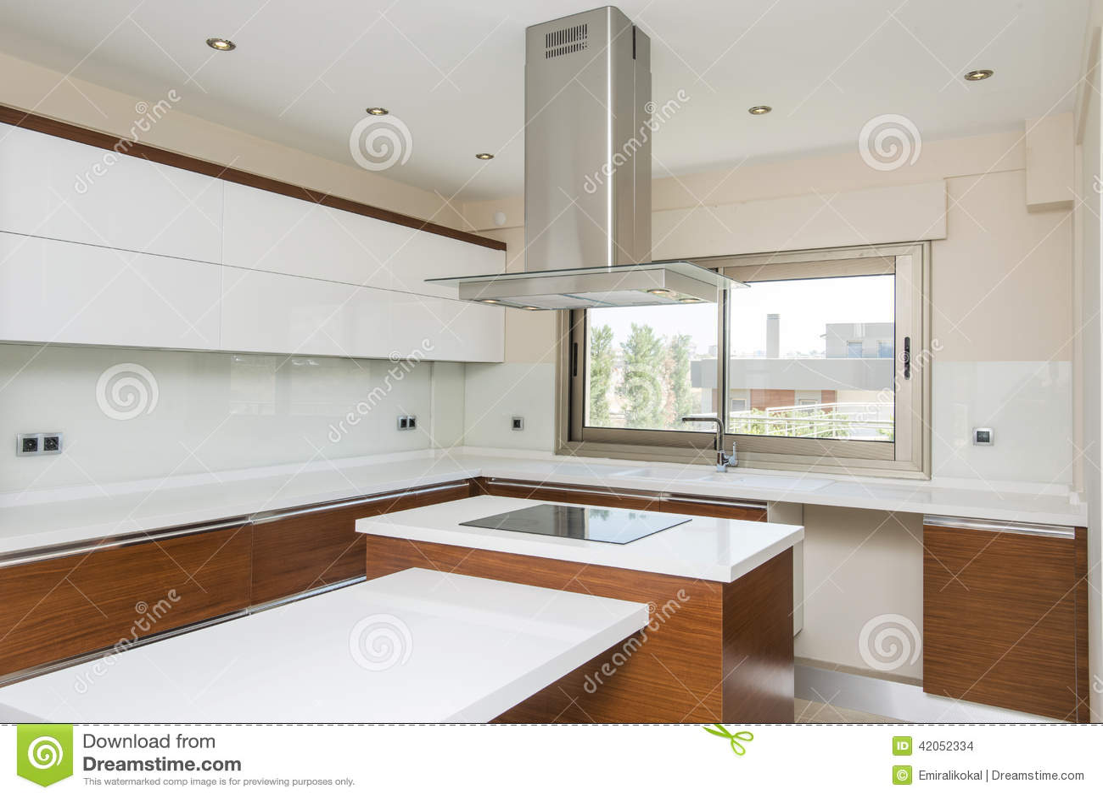 Cucina moderna luminosa fotografia stock immagine 42052334 for Cucina moderna quadrata