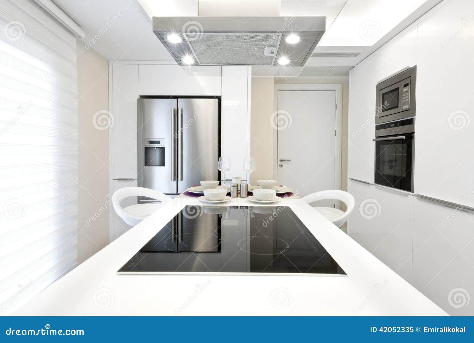 Cucina moderna luminosa fotografia stock immagine 42052335 for Cucina moderna quadrata