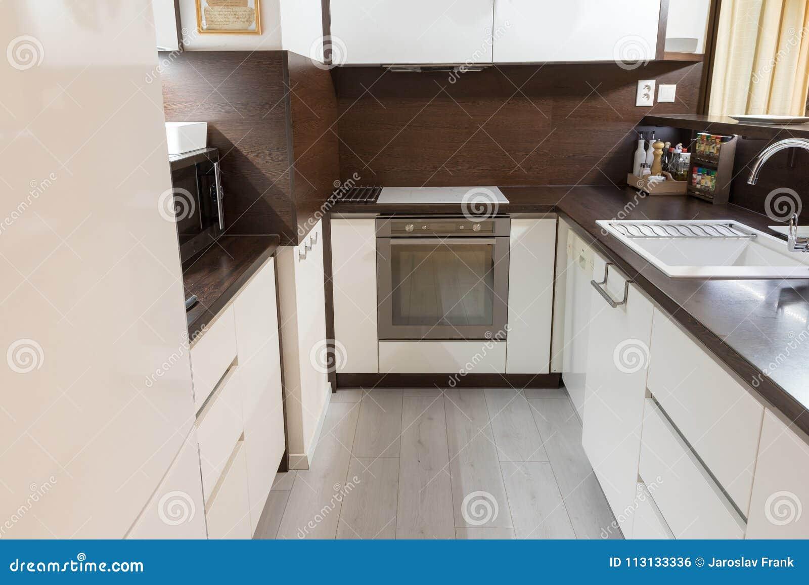 Cucina moderna nella progettazione bianca e marrone di colore fotografia stock immagine di - Cucina bianca e marrone ...