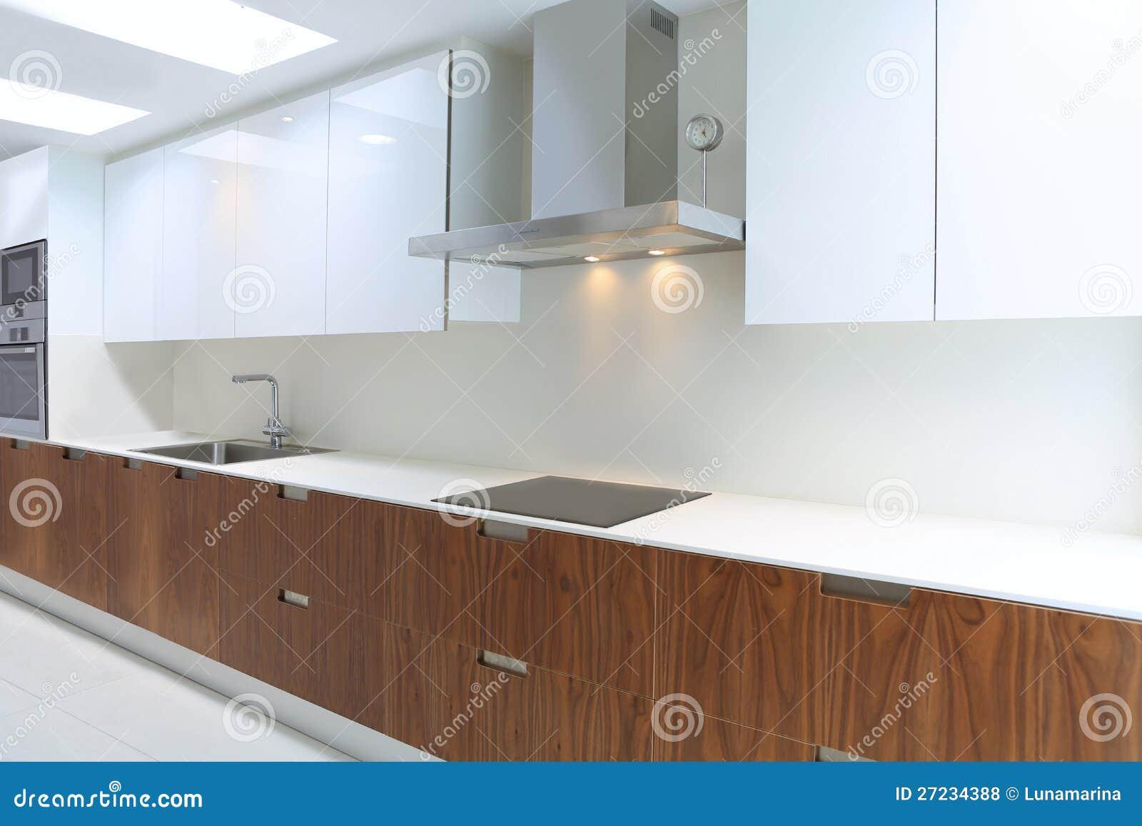 Cucina Moderna Reale In Bianco E Legno Della Noce Fotografia Stock