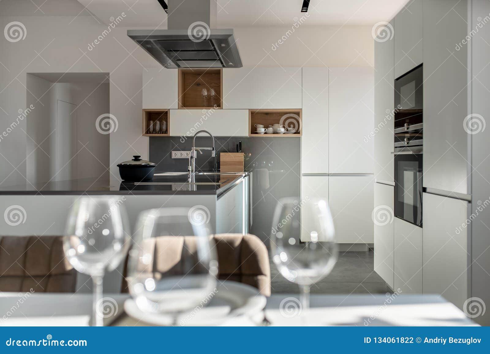 Cucina Moderna Soleggiata Con Le Pareti Bianche Ed Il Pavimento Non ...