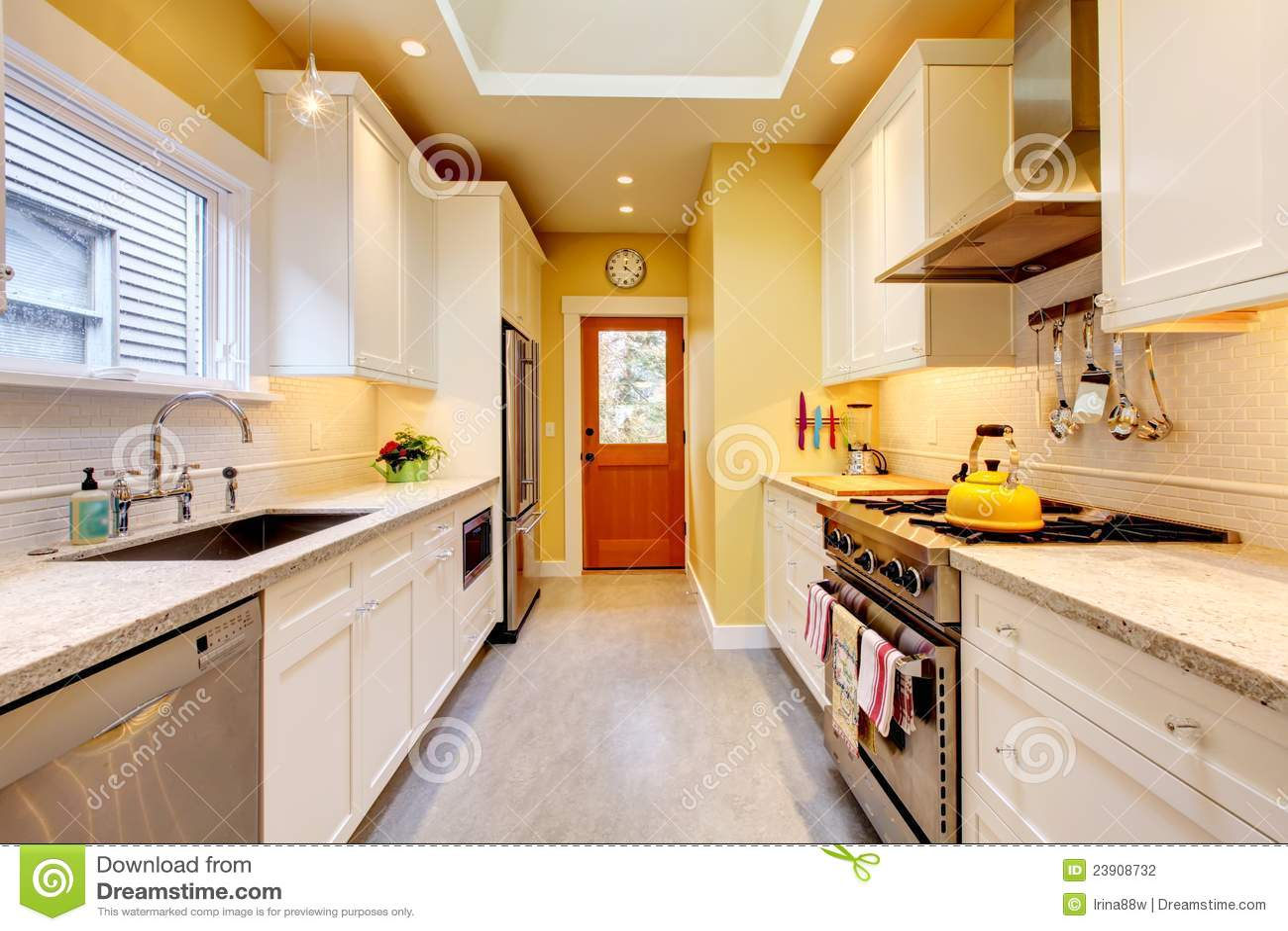 Cucina moderna stretta gialla e bianca fotografia stock for Salle de bain provencale