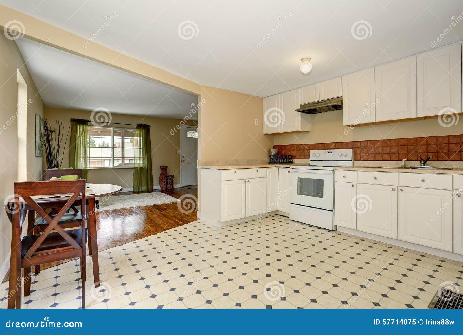 Cucina Molto Semplice Con La Pavimentazione In Piastrelle Immagine ...