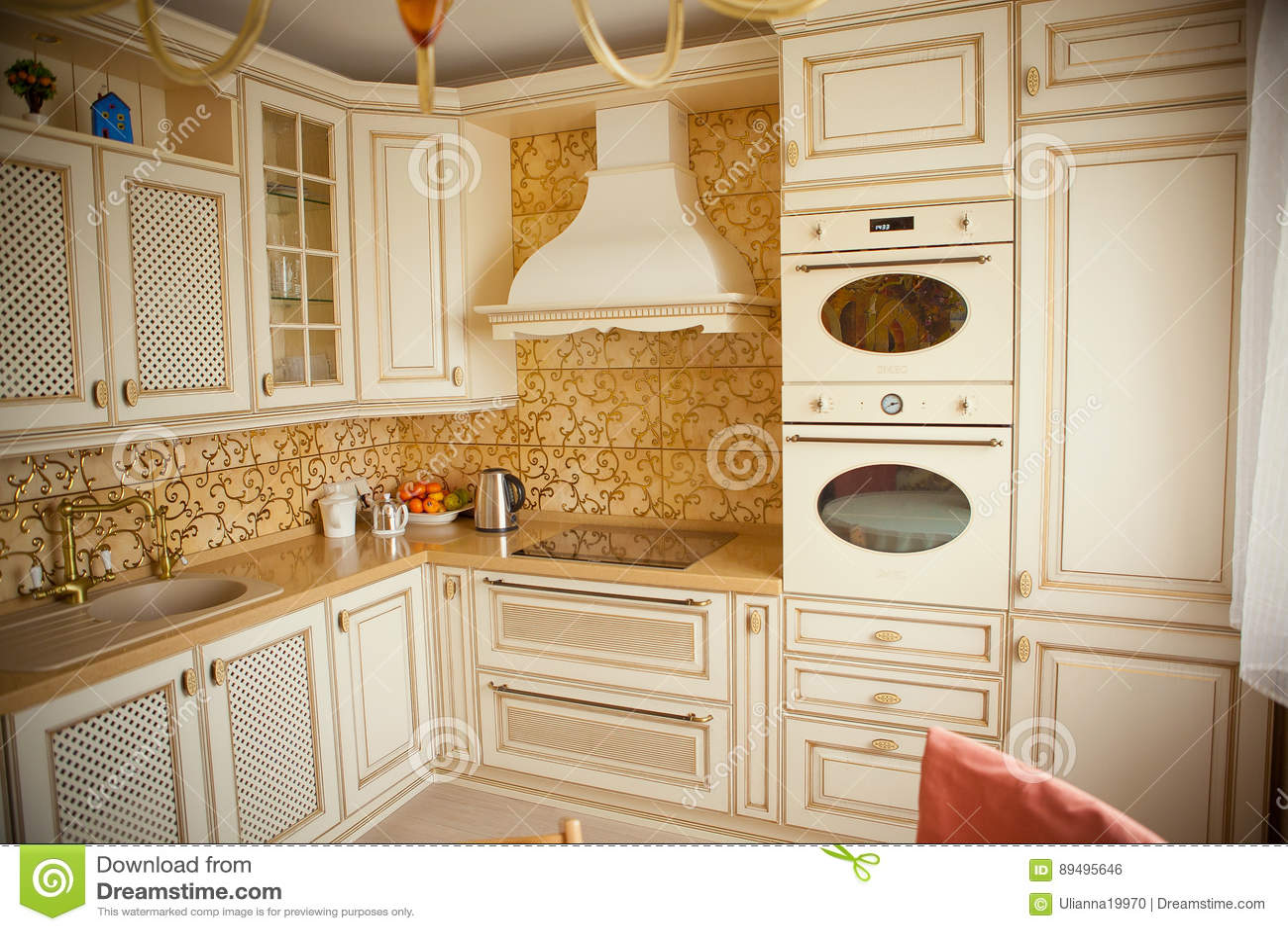 Cucina Piana Dell\'appartamento Nel Colore Dell\'avorio Fotografia ...