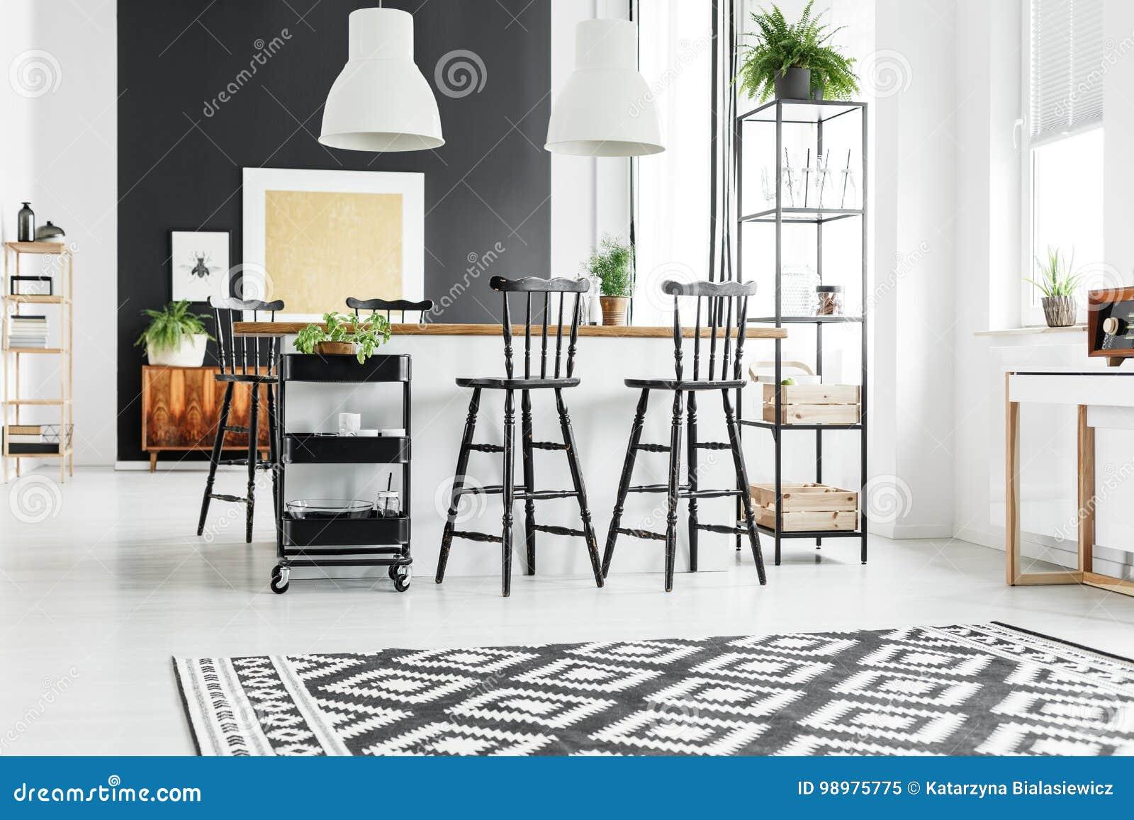Cucina rustica con gli sgabelli da bar immagine stock immagine