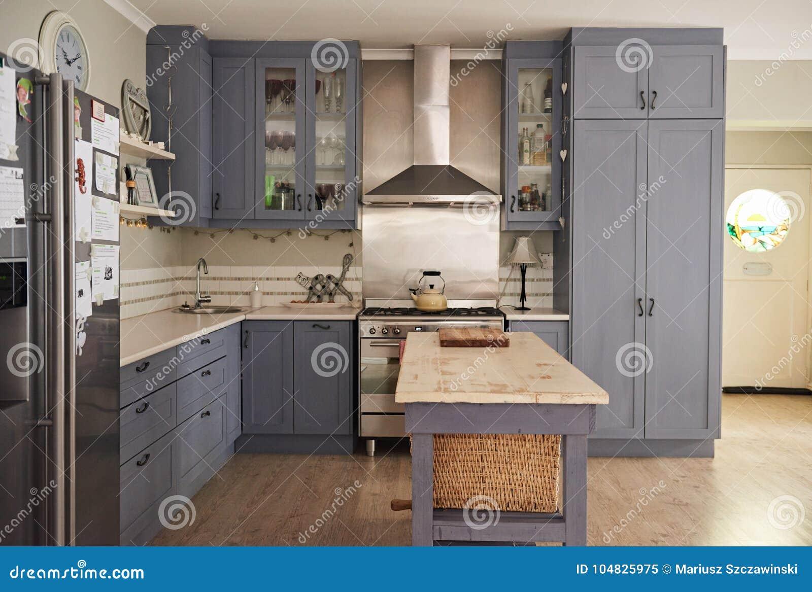 Cucina Stile Country Con Gli Apparecchi Moderni In Una Casa ...