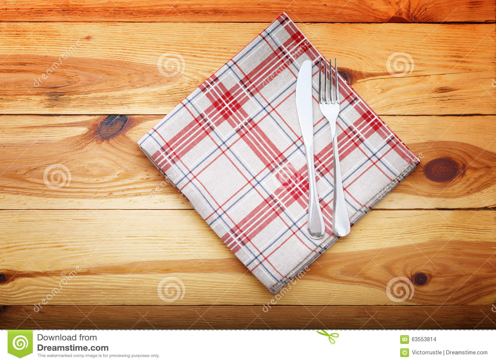 Cucina Tavolo Da Cucina Di Legno Con La Tovaglia Rossa Vuota Per La ...