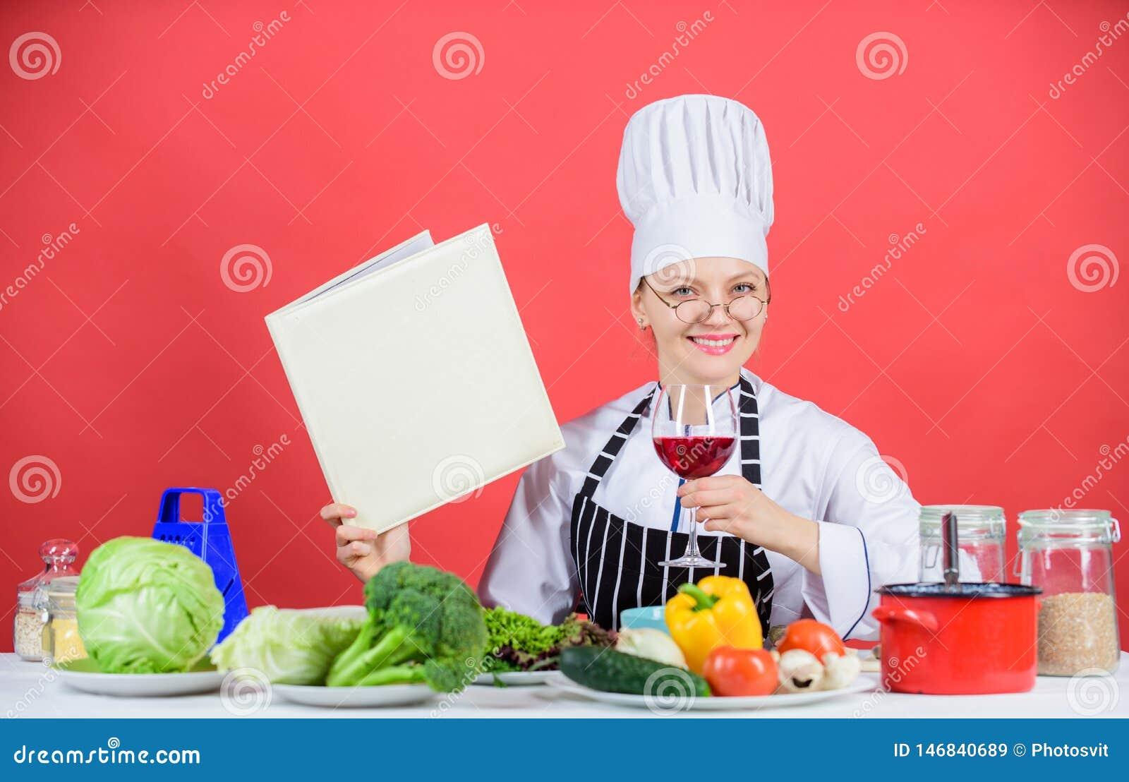 Cucina tradizionale Concetto culinario della scuola La femmina in cappello ed in grembiule conosce tutto circa le arti culinarie