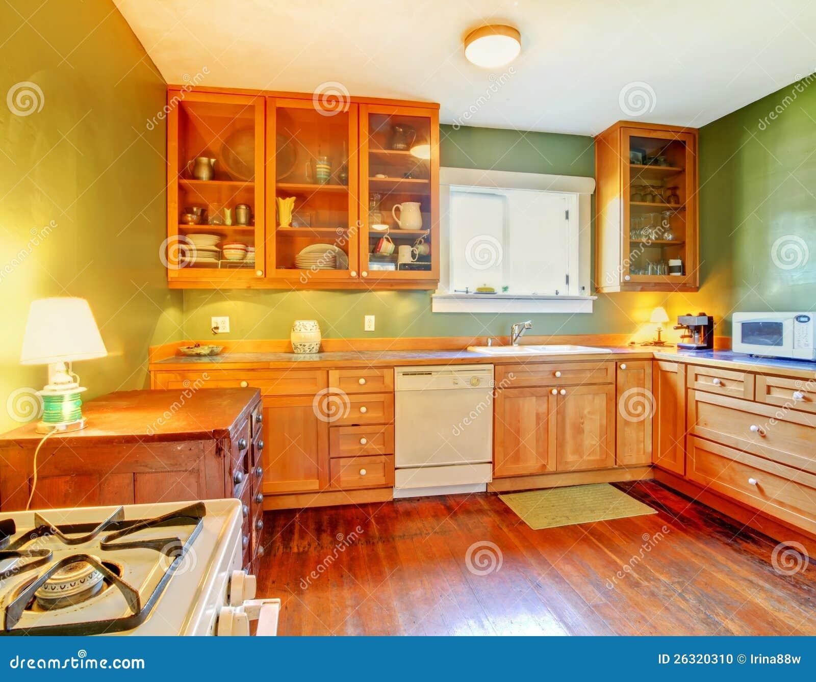 Cucina Verde Con Gli Armadietti Di Legno Fotografia Stock - Immagine ...