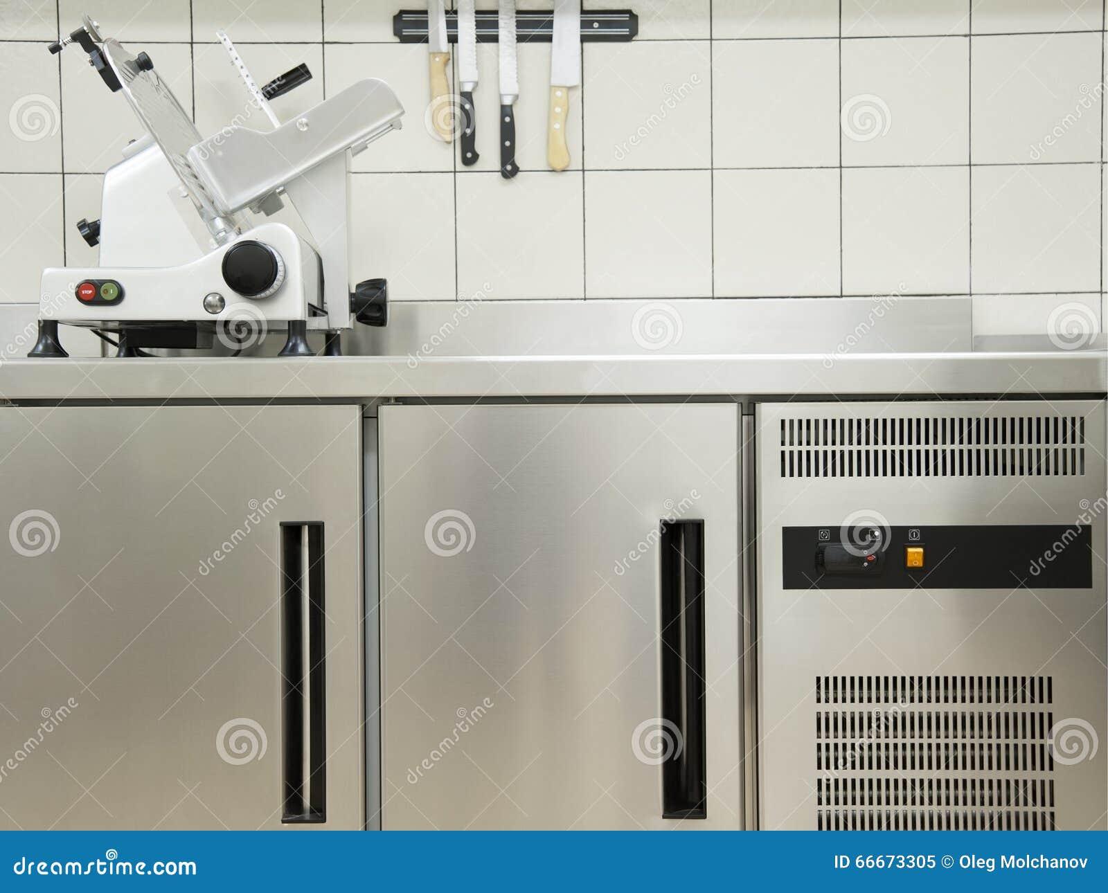 Cucina vuota del ristorante con attrezzatura professionale un la m