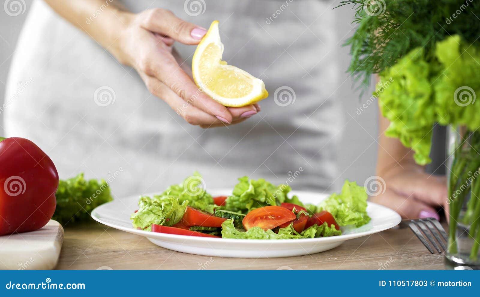 Cucinando il limone della tenuta di signora colleghi per il condimento dell insalata, calorie di limite, alimento fresco