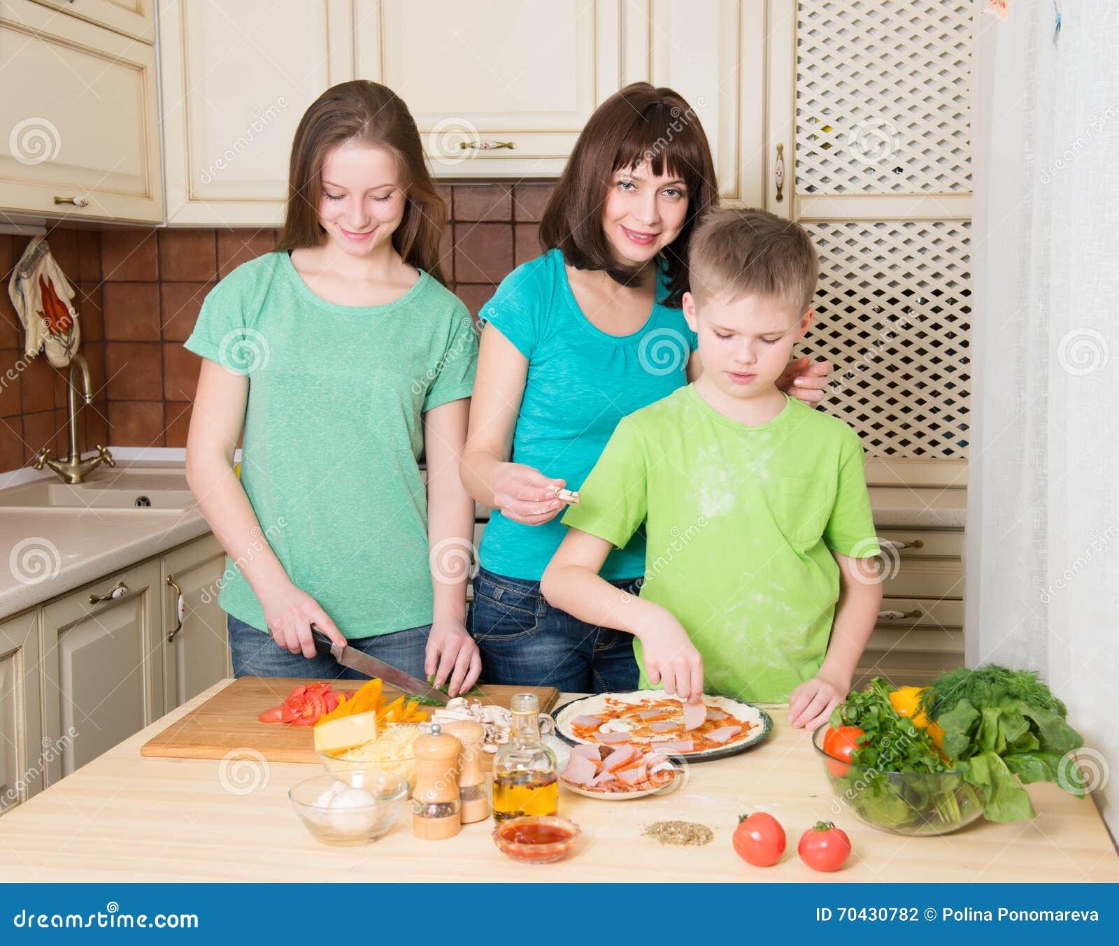 Cucinando pizza a casa Pizza casalinga di riempimento con gli ingredienti