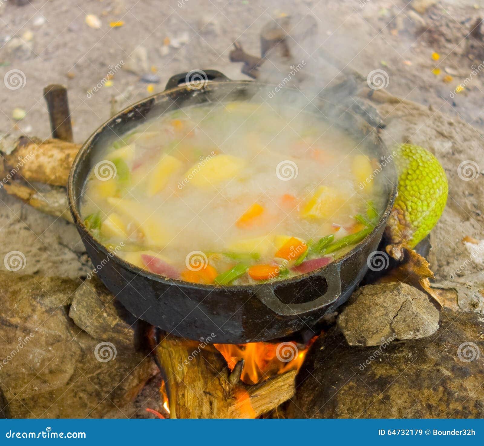 Cucinando su un fuoco aperto nei tropici