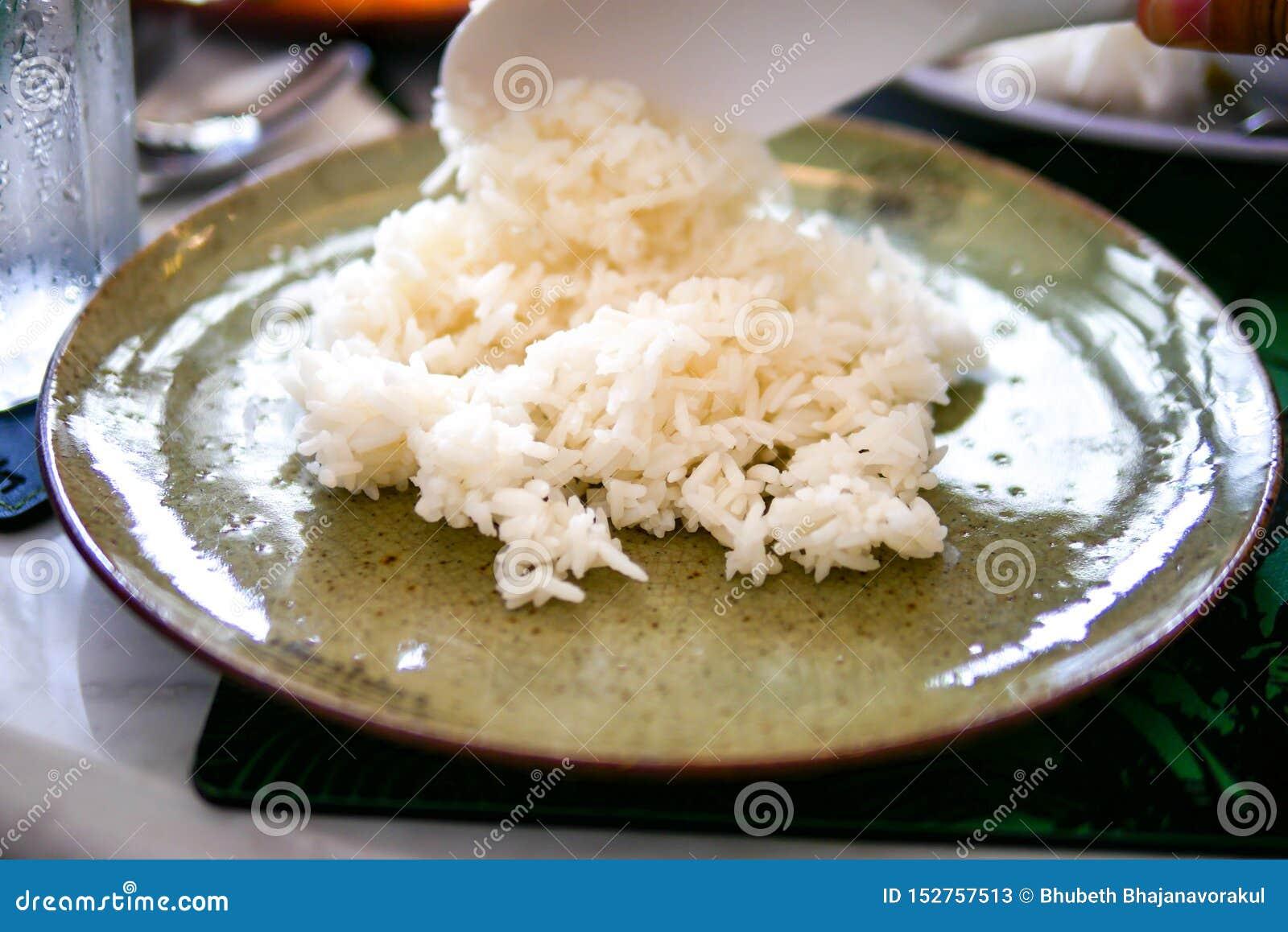 Cucinato semplicemente sul piatto verde chiaro tradizionale sul fondo di marmo della tavola