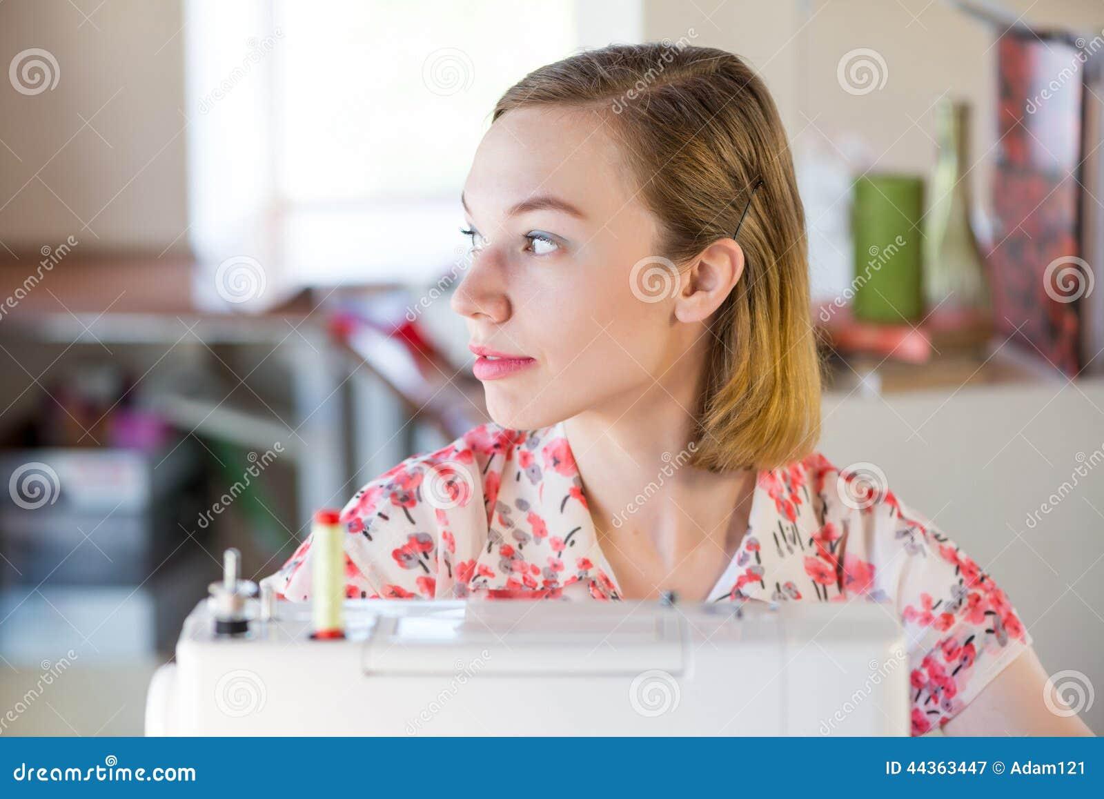 Cucitrice sul lavoro