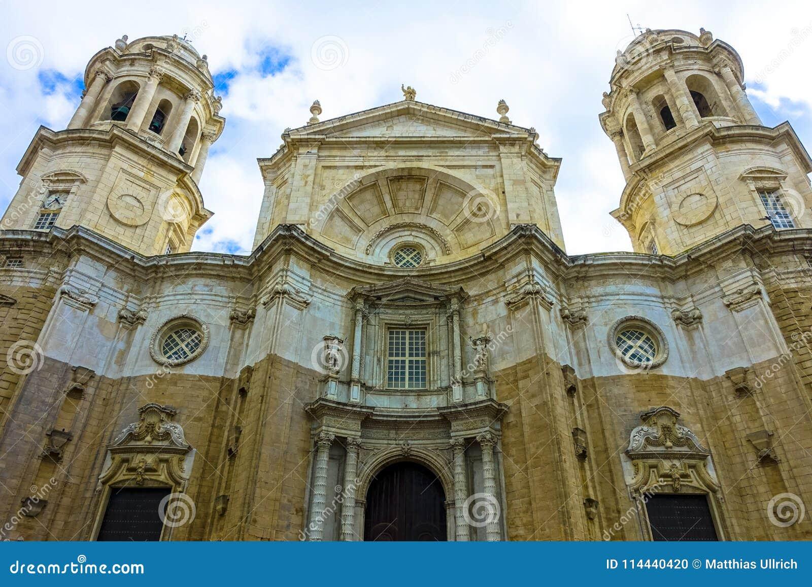 Cudowny widok katedralny De Santa Cruz w Cadiz, Hiszpania w Andalusia, obok dennego Campo Del Sura
