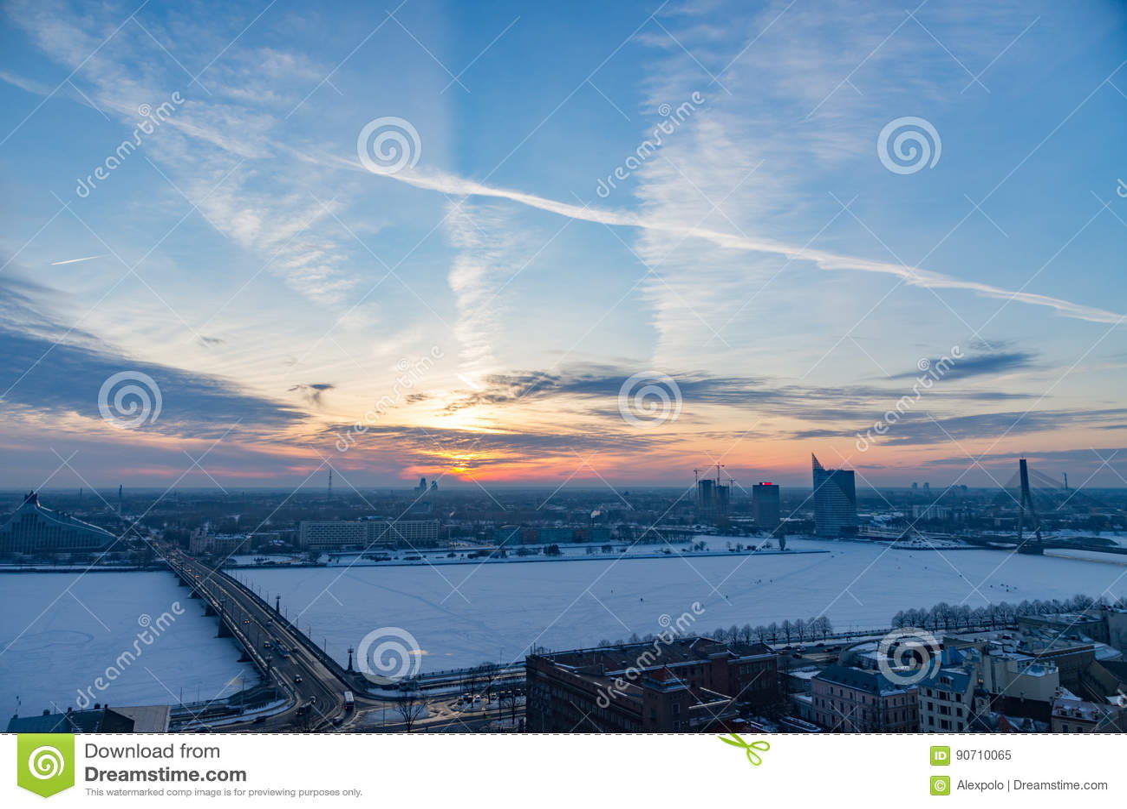 Cudowny zmierzch nad Ryskim miastem zimą