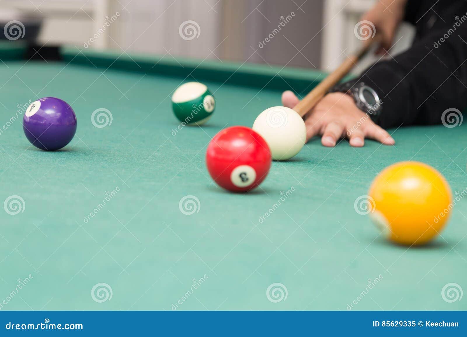 Cue apontar a bola vermelha no bolso da tabela dos billards da sinuca