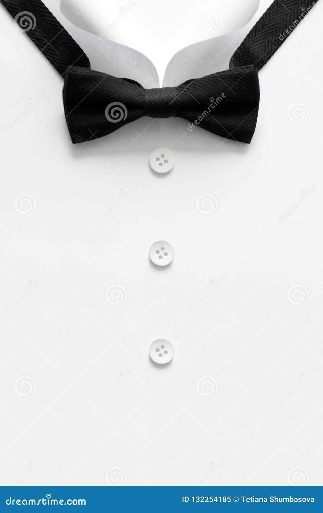 Cuello cortado de papel de las camisas del hombre El día de padre o concepto de la boda Copie el espacio Visión superior Estilo m