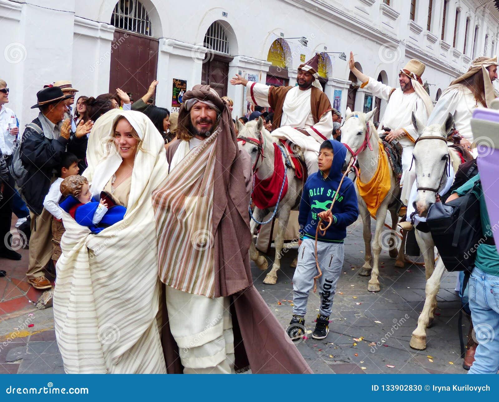 Cuenca эквадор Парад Pase del Niño Viajero, Иосиф и Mary с куклой Иисуса младенца