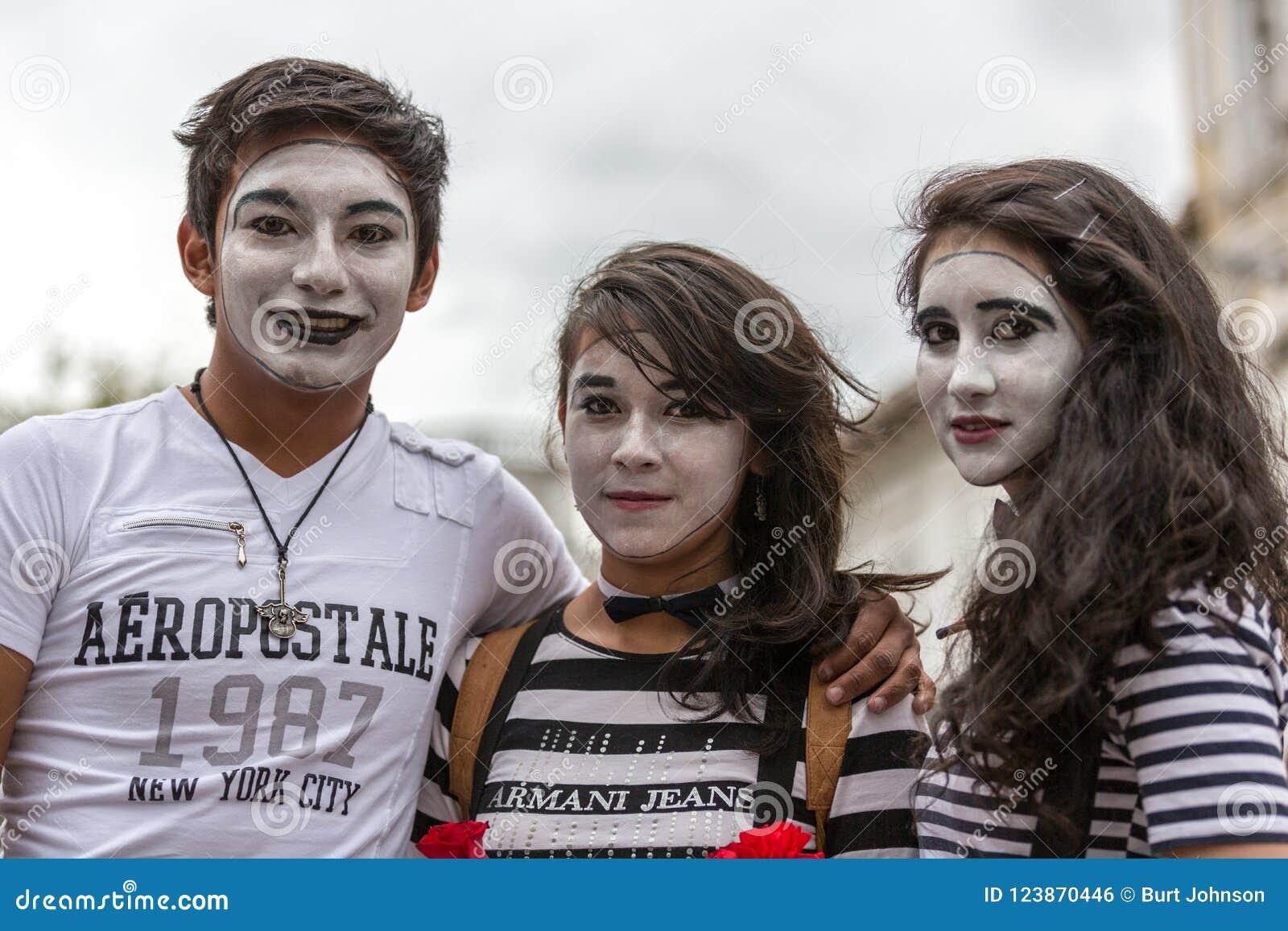 Cuenca, Ecuador/10 de mayo de 2014: Adolescentes vestidos como imitan