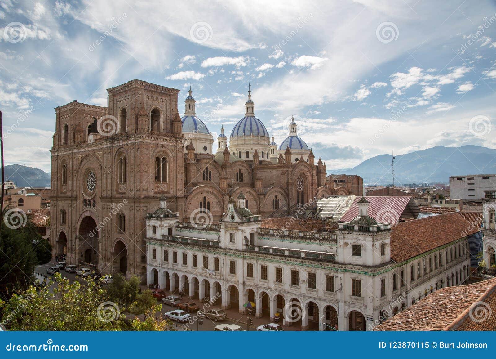 Cuenca, Equateur/le 2 décembre 2012 : Vue élevée de nouvelle cathédrale