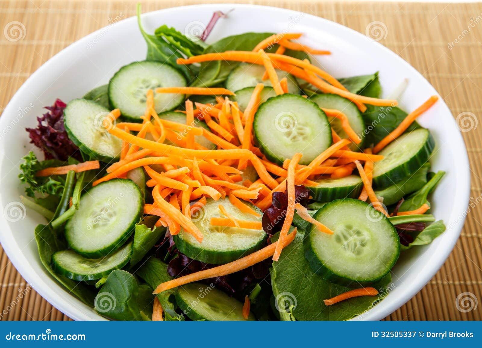 Cuenco blanco de ensalada con los pepinos y las zanahorias - Ensalada de zanahorias ...