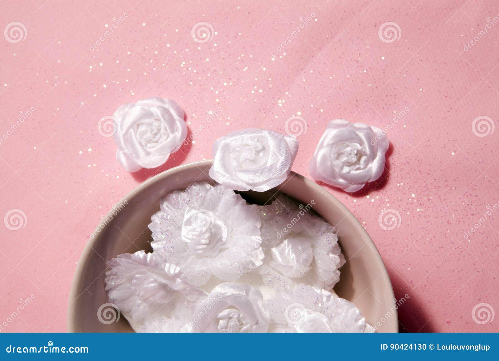 Cuenco Con La Flor Blanca Del Brillo Foto de archivo - Imagen de ... a7f29ea072a