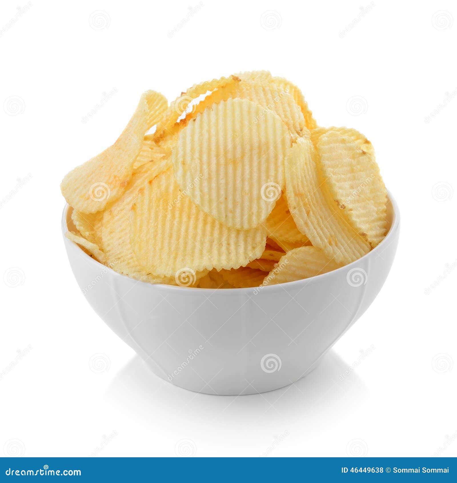 Cuenco de patatas fritas en el fondo blanco
