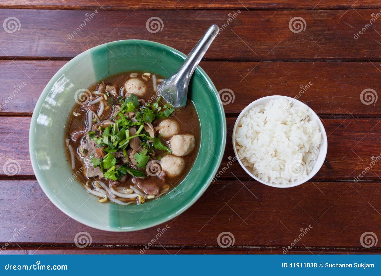 Cuenco de sopa de fideos tailandesa acre del cerdo