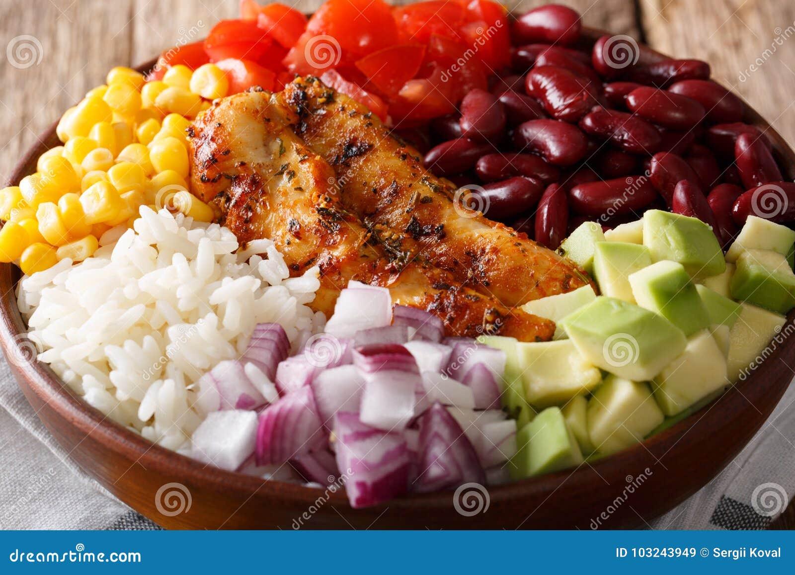Cuenco del Burrito con el pollo, arroz, aguacate, habas, tomates, maíz