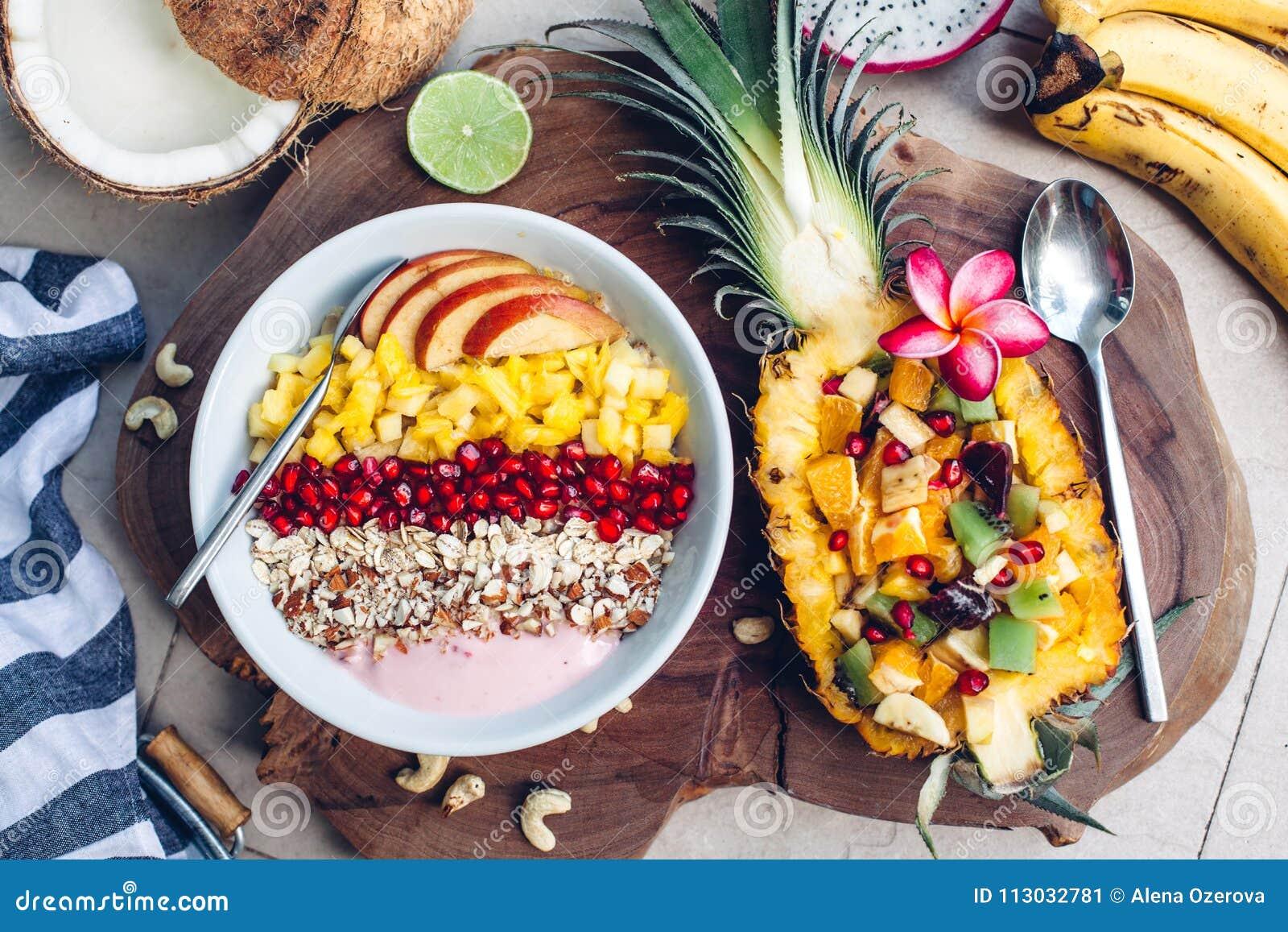 Cuenco del Smoothie con las frutas tropicales