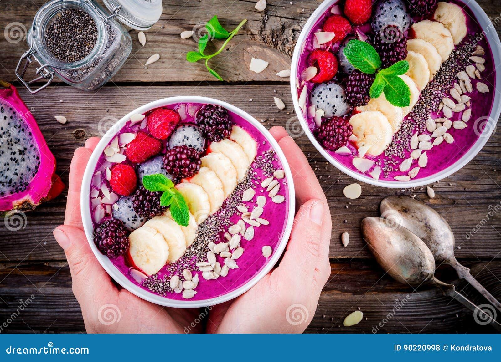 Cuenco del smoothie del arándano con el plátano, la frambuesa, el pitaya, la zarzamora, las almendras, el girasol y las semillas