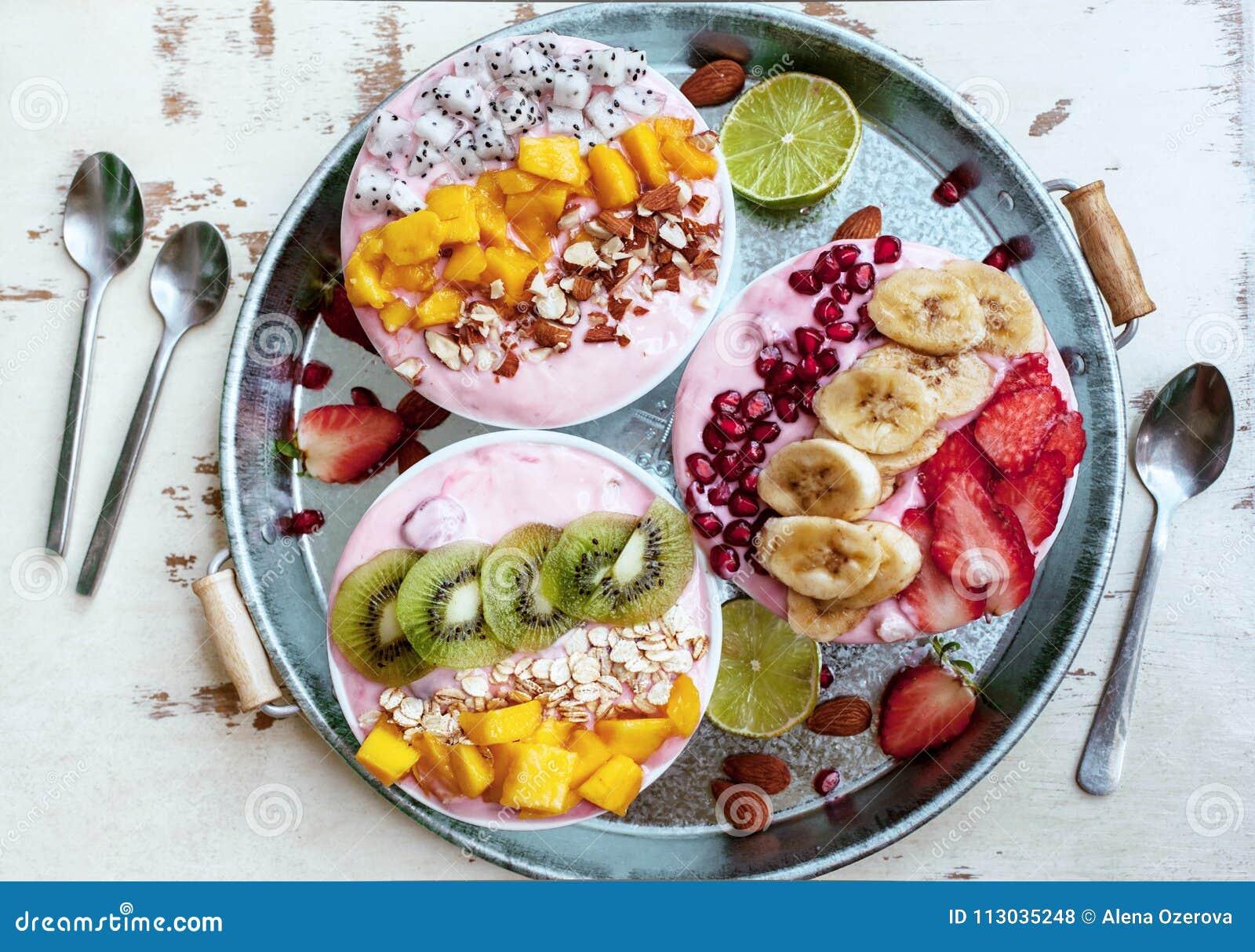 Cuencos del Smoothie con las frutas tropicales
