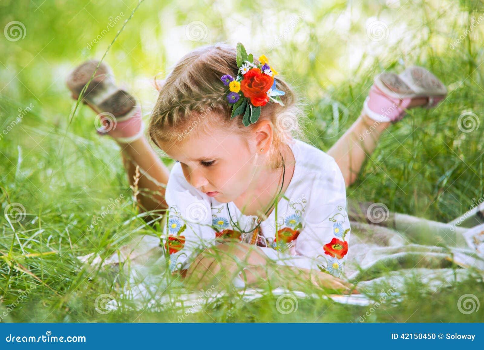 Cuentos de la lectura de la niña que mienten en hierba verde
