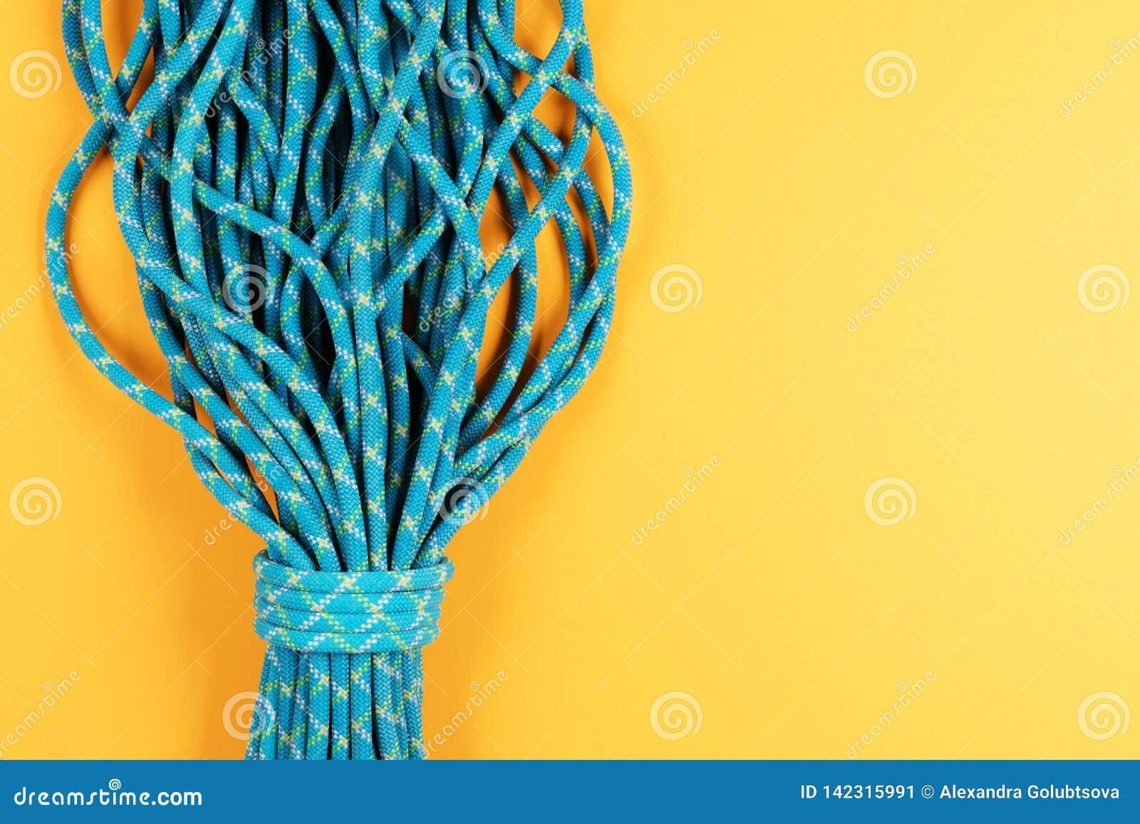 Cuerda azul en fondo amarillo